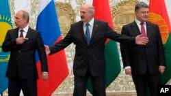 Dari kiri Presiden Rusia Vladimir Putin, Presiden Belarus Alexander Lukashenko dan Presiden Ukraina Petro Poroshenko sebelum acara foto bersama di Minsk, Selasa (26/8).