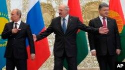 26일 블라디미르 푸틴 러시아 대통령(왼쪽)과 페트로 포로셴코 우크라이나 대통령(오른쪽)이 벨라루스 민스크에서 회동했다.
