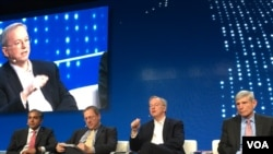 Dai kiri: Raj Shah (Unit Inovasi Dep.Pertahanan), moderator David Sanger (New York Times) , Eric Schmidt (Alphabet), dan Norton Schwartz (Business Executives for National Security) di Milken Global Conference, Beverly Hills, CA, 1 Mei 2017. (Foto: dok).