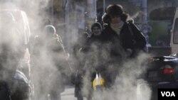Para warga di ibukota Ukraina, Kiev, harus menderita akibat cuaca dingin yang parah (2/2). Sedikitnya 123 meninggal akibat cuaca dingin di Eropa timur.