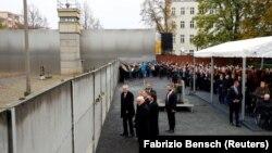 Presidente alemão Frank-Walter Steinmeier, Presidente húngaro Janos Ader, Presidente polaco Andrzej Duda, Presidente eslovaca Zuzana Caputova e Presidente checo Milos Zeman no Muro de Berlim a 9 de Novembro de 2019
