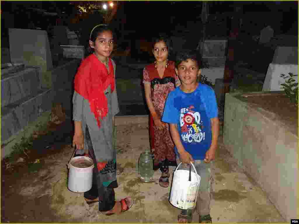 اس دن کی مناسبت سے قبروں پر پانی ڈالنے کیلئے بھی بچے پانی فروخت کر رہے ہوتے ہیں۔