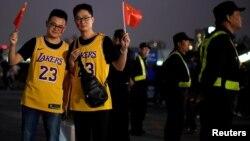 中國球迷在NBA湖人隊和籃網隊交鋒前在上海站的比賽場館揮舞中國國旗。(2019年10月10日)