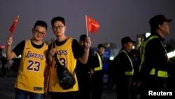 中国球迷在NBA湖人队和篮网队交锋前在上海站的比赛场馆挥舞中国国旗。(2019年10月10日)