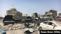 Sebagian besar Kota Tua Mosul hancur saat pasukan Irak memerangi militan ISIS di kota tersebut. Masjid al-Nuri yang hancur, terlihat di latar belakang, 1 Juli 2017.