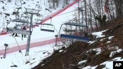Mešavina snega i delova koji nisu pokriveni snegom u blizini staze za alspko skijanje u Sočiju