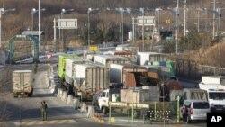 지난 2월 한국 파주에서 한국 업체들의 물품을 싣고 북한 개성공단으로 향하는 화물차들.