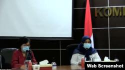 Komisioner Komnas HAM sekaligus Koordinator KuPP Sandra Moniaga (kiri) dan Komisioner KPAI Putu Elvina saat menggelar konferensi pers di Jakarta, Senin, 15 Februari 2021. (Foto: VOA)