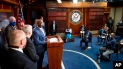 Сенатор Тім Скотт з лідером республіканської більшості у Сенаті Мітчем Макконнеллом виступає на прес-конференції з оголошенням законопроекту про реформу поліції. 17 червня 2020 Вашингтон.