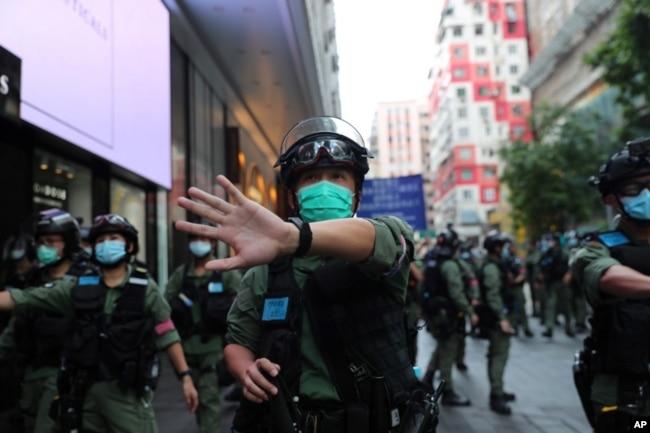 香港警察驱散在中国国庆日举行示威的抗议者。(2020年10月1日)