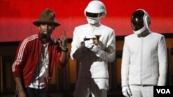 ວົງດົນຕີ 2 ໜຸ່ມຊາວຝຣັ່ງ ໃສ່ໜ້າກາກຫຸ່ນຍົນ ຫລື robot ຄະນະ Daft Punk