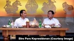 Jokowi dan Widodo berbincang dengan hangat layaknya seorang sahabat.