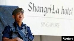 新加坡警察5月31日在香格里拉安全對話會議酒店外面執勤。