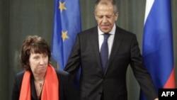 Праворуч: Міністр закордонних справ Росії Сергій Лавров під час зустрічі з верховним представником ЄС із закордонних справ і політики безпеки Кетрін Ештон