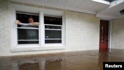 Obrad Gavrilović proviruje kroz prozor svog potopljenog doma dok razmišlja da li da napusti kuću sa svojom ženom i kućnim ljubimcem, dok voda raste u Boliviji, Severna Karolina, 15. septembra 2018.