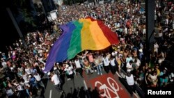 Parade kaum gay di Sao Paulo, Brazil hari Minggu (4/5).