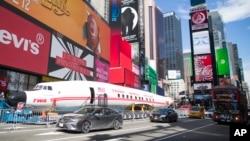 """Pesawat antik Lockheed Constellation L-1649A Starliner atau yang juga dikenal sebagai """"Connie"""" parkir di Times Square, New York, untuk acara promosi, Sabtu, 23 Maret 2019."""