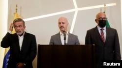 Dag Nylander habla junto a Jorge Rodríguez, presidente del Parlamento venezolano, y Gerardo Blyde, de la Plataforma Unitaria de Venezuela, durante una conferencia de prensa después de la última ronda de conversaciones en la Ciudad de México, el 27 de septiembre de 2021.