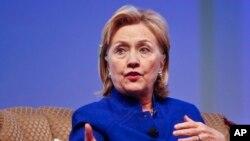 Hillary Clinton dijo que Edward Snowden tiene derecho a una defensa jurídica y pública.