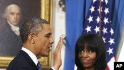 Rais Barack Obama aapishwa rasmi kwa muhula wa pili na Jaji mkuu John Roberts katika White House, Januari 20, 2013.