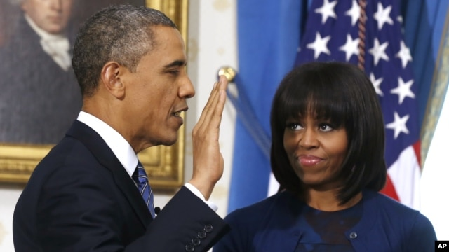 Ibu negara AS Michelle Obama dengan potongan rambut barunya, saat pengambilan sumpah Presiden Barack Obama (20/1). (AP/Larry Downing)