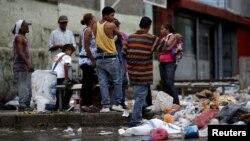 Mientras la economía venezolana empeora, los ciudadanos registra la basura en las calles de Caracas en busca de lo que no pueden adquirir o no encuentran en los supermercados.
