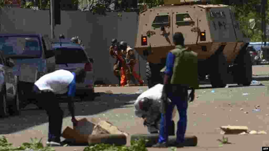 Des militaires se protègent à côté d'un véhicule blindé à Ouagadougou, Burkina Faso le 2 mars 2018.