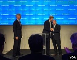 《华盛顿邮报》记者礼萨安在活动上感谢国务卿克里(美国之音叶林拍摄)
