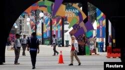 កងសន្តិសុខឈរយាមនៅមុនពេលចាប់ផ្តើមនៃកីឡាទ្វីបអាស៊ី (Asian Games) នៅកីឡដ្ឋាន Gelora Bung Karno ក្នុងទីក្រុងហ្សាការតា ប្រទេសឥណ្ឌូនេស៊ី កាលពីថ្ងៃទី១៧ សីហា ២០១៨។