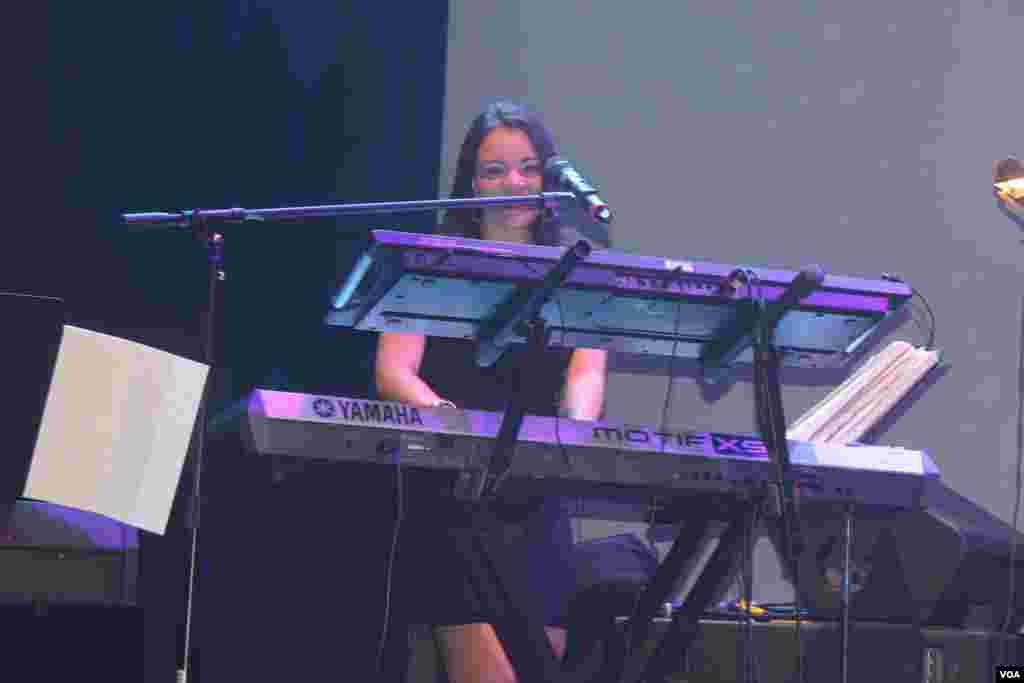 Una joven dama es la encargada de dar vida al piano que acompaña la orquesta de Gilberto Santa Rosa.