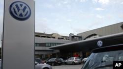 意大利米兰的德国大众汽车经销商提供的汽车(2015年10月15日)