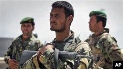 開槍事件發生後﹐阿富汗士兵在空軍設施外持槍戒備