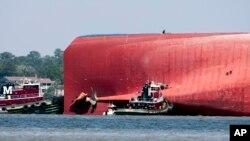9일 미국 남동부 해안에서 뒤집힌 자동차 운반선 '골든레이' 호 주변에서 구조작업이 진행되고 있다.