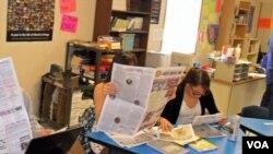 Los estudiantes de periodismo revisan su propio trabajo una vez publicado en el Lakota Country Times.