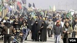 Para peziarah Syiah melalui ibukota Baghdad, dalam perjalanan menuju kota suci Karbala untuk perayaan Arbain (9/1). Beberapa serangan bom di Irak menarget para peziarah Syiah, terjadi dalam beberapa hari terakhir.