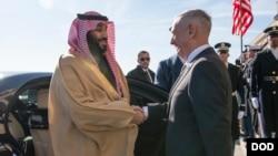 Menhan AS Jim Mattis (kanan) menerima Putra Mahkota Saudi Mohammed bin Salman di Pentagon, Washington DC 22 Maret 2018 lalu (foto: dok).