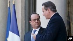 El primer ministro británico, David Cameron, (derecha) y el presidente francés, Francois Hollande, se reunieron en el Palacio del Eliseo en París, el lunes 23 de noviembre de 2015.