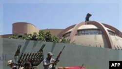 Libijski pobunjenici u Gadafijevom kompleksu
