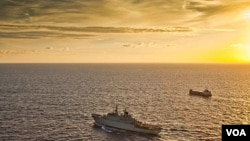 Sebuah kapal perang Swedia mengawal sebuah kapal tanker di perairan Somalia (foto: dok).