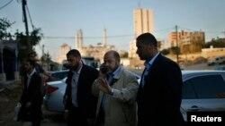 ຜູ້ນຳອາວຸໂສ ຂອງກຸ່ມ Hamas ທ່ານ Moussa Abu Marzouq ມາຮອດບ່ອນພົບປະກັບ ເຈົ້າໜ້າທີ່ອາວຸໂສ ຂອງກຸ່ມ Fatah ທ່ານ Azzam Al-Ahmed ໃນເມືອງ Gaza (26 ພຶດສະພາ 201)