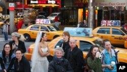 'Fanovi' kraljevskog vjenčanja okupljaju se pred zoru na njujorškom Times Squareu