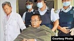 陳水扁在醫護人員陪伴下做體檢(照片由陳水扁辦公室提供)(資料圖片)