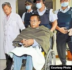 陈水扁在医护人员陪伴下做体检(照片由陈水扁办公室提供)