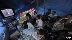 Demonstranti protiv vlade u Jemenu posmatraju u svom šatoru izjavu američkog predsednika o smrti vođe Al-Kaide, Osame bin Ladena
