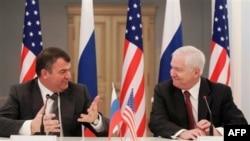 Robert Gates Rusya Savunma Bakanı Anatoli Serdyukov'la