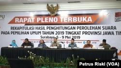 Komisioner KPU Jawa Timur menetapkan hasil rekapitulasi perolehan suara pemilihan anggota legislatif dan pemilihan presiden 2019 untuk Jawa Timur, Surabaya, Sabtu 11 Mei 2019. (Foto: Petrus Riski/VOA)