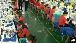 Video yang dirilis oleh pemerintah China menunjukkan para pekerja Muslim menjalani pelatihan menjahit di pusat pelatihan Hotan, Xinjiang, China (foto: dok).