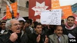 Demonstran Yordania berdemonstrasi usai sholat Jumat di Amman (11/3).