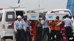 """Ekipe prenose posmrtne ostatke putnika aviona """"Er Azije"""" koji se srušio u Javansko more"""