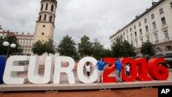 Euro 2016: Des supporters italiens au centre de Lyon, lundi 13 juin, 2016 (AP).